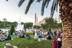 Οι μουσουλμανικοί λαοί που νηστεύουν περιμένουν adhan το ezan Στοκ Εικόνες