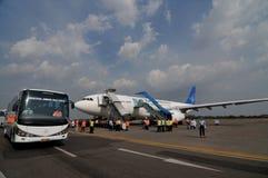 Οι μουσουλμανικοί προσκυνητές έφθασαν στην Ινδονησία μετά από τελείωσαν το ετήσιο haj Στοκ Εικόνα