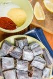 Οι μπακαλιάροι αλιεύουν με το μίγμα πάπρικας αλευριού και αλευριού καλαμποκιού έτοιμων για το τηγάνισμα Στοκ εικόνα με δικαίωμα ελεύθερης χρήσης
