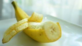 Οι μπανάνες είναι φρέσκες από την αγορά φάτε καλά απόθεμα βίντεο