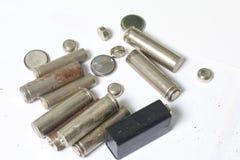 Οι μπαταρίες αποβλήτων των διαφορετικών τύπων είναι διεσπαρμένες Σε μια άσπρη ανασκόπηση Στοκ Φωτογραφία