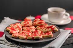 Οι μπισκότο-καρδιές, καρδιές εγγράφου, κεριά, κιβώτια με παρουσιάζουν και ένα φλυτζάνι του μαύρου καφέ Στοκ Φωτογραφία
