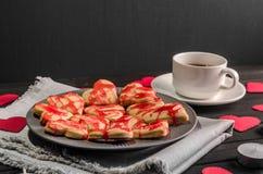 Οι μπισκότο-καρδιές, καρδιές εγγράφου, κεριά, κιβώτια με παρουσιάζουν και ένα φλυτζάνι του μαύρου καφέ Στοκ εικόνες με δικαίωμα ελεύθερης χρήσης