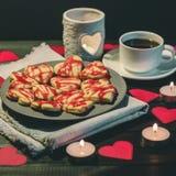Οι μπισκότο-καρδιές, καρδιές εγγράφου, κεριά, κιβώτια με παρουσιάζουν και ένα φλυτζάνι του μαύρου καφέ Στοκ Εικόνες