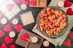 Οι μπισκότο-καρδιές, καρδιές εγγράφου, κεριά, κιβώτια με παρουσιάζουν Στοκ Φωτογραφίες