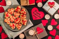 Οι μπισκότο-καρδιές, καρδιές εγγράφου, κεριά, κιβώτια με παρουσιάζουν Στοκ εικόνες με δικαίωμα ελεύθερης χρήσης