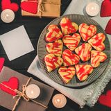 Οι μπισκότο-καρδιές, καρδιές εγγράφου, κεριά, κιβώτια με παρουσιάζουν Στοκ φωτογραφίες με δικαίωμα ελεύθερης χρήσης