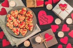 Οι μπισκότο-καρδιές, καρδιές εγγράφου, κεριά, κιβώτια με παρουσιάζουν Στοκ Φωτογραφία