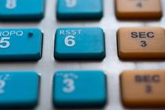 Οι μπλε άσπροι αριθμοί κλείνουν επάνω το μακρο πυροβολισμό στον κατάλογο μετρητών Στοκ Φωτογραφία