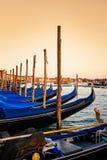Οι μπλε εκλεκτής ποιότητας γόνδολες ελλιμένισαν στην αποβάθρα την πλατεία SAN Marco στη Βενετία, Ιταλία κατά τη διάρκεια του ηλιο στοκ εικόνα