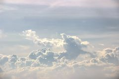 Οι μπλε ουρανοί και τα άσπρα σύννεφα για τους επιχειρησιακούς στόχους προσθέτουν την έμπνευση στοκ φωτογραφία με δικαίωμα ελεύθερης χρήσης