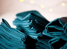 Οι μπλε πετσέτες υφασμάτων λινού κλείνουν επάνω του μεγάλου σωρού Στοκ φωτογραφίες με δικαίωμα ελεύθερης χρήσης