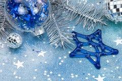 Οι μπλε σφαίρες αστεριών και γυαλιού ακτινοβολούν επάνω μπλε υπόβαθρο με το αστέρι γ Στοκ Εικόνες