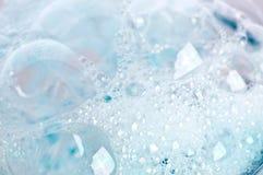 οι μπλε φυσαλίδες σαπ&omicro Στοκ Φωτογραφίες