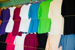 Οι μπλούζες κρεμούν στο τοπικό κατάστημα ή την αγορά στα castries, stlucia Ζωηρόχρωμα ενδύματα στην πώληση Πώληση, αγορές και αγο Στοκ φωτογραφία με δικαίωμα ελεύθερης χρήσης