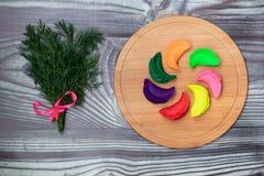 Οι μπουλέττες των διαφορετικών χρωμάτων και του φρέσκου καρυκεύματος σε ένα μπαμπού επιβιβάζονται σύμφωνα με την παραδοσιακή ρωσι στοκ εικόνα με δικαίωμα ελεύθερης χρήσης