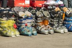 οι μπότες απομονώνουν το λευκό σκι στοκ φωτογραφίες με δικαίωμα ελεύθερης χρήσης
