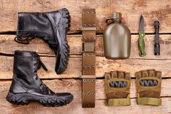 Οι μπότες και το στρατιωτικό επίπεδο εξοπλισμού βρέθηκαν στοκ εικόνες