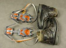 Οι μπότες Meindl Engadin πεζοπορίας παρουσίασης και κλασικά δεσμευτικά σκυλιά έλκηθρου που αναρριχούνται στην τεχνολογία Nuptse ε Στοκ εικόνες με δικαίωμα ελεύθερης χρήσης