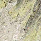 Οι μόλυβδοι βουνό-ορειβατών ρίχνουν τον τοίχο Zamarla Turnia Στοκ Εικόνες