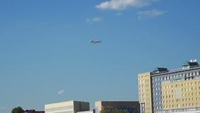 Οι μύγες αεροπλάνων πέρα από τα σπίτια απόθεμα βίντεο
