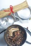 Οι μύλοι, το γλυκάνισο και η κανέλα καφέ με άλλα καρυκεύματα καλύπτονται στο μύλο καφέ Δίπλα σε το είναι μια geyser μηχανή καφέ,  στοκ φωτογραφία με δικαίωμα ελεύθερης χρήσης