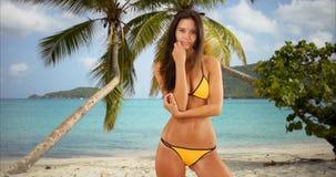 Οι νέες άσπρες στάσεις κοριτσιών σε έναν προκλητικό θέτουν στην καραϊβική παραλία Στοκ φωτογραφία με δικαίωμα ελεύθερης χρήσης