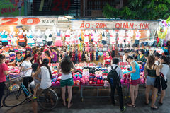 Οι νέες γυναίκες αγοράζουν το εσώρουχο, Βιετνάμ Στοκ Εικόνες