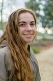 Οι νέες γυναίκες θέτουν υπαίθρια Στοκ Εικόνες
