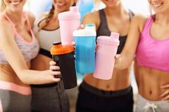 Οι νέες γυναίκες ομαδοποιούν τη στήριξη στη γυμναστική μετά από το workout στοκ φωτογραφία