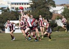Οι νέες γυναίκες παίζουν το αυστραλιανό ποδόσφαιρο κανόνων Στοκ εικόνα με δικαίωμα ελεύθερης χρήσης