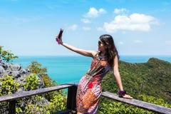 Οι νέες γυναίκες παίρνουν selfie Στοκ φωτογραφία με δικαίωμα ελεύθερης χρήσης