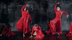 Οι νέες γυναίκες χορευτών εκτελούν το σύγχρονο χορό στο σκοτεινό δωμάτιο σοφιτών, που κινεί τα πόδια και τα χέρια απόθεμα βίντεο