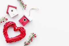 Οι νέες διακοσμήσεις έτους με τα παιχνίδια και το χριστουγεννιάτικο δέντρο branche στην άσπρη κορυφή υποβάθρου veiw χλευάζουν επά στοκ φωτογραφίες