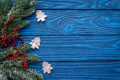 Οι νέες διακοσμήσεις έτους με τα παιχνίδια και το χριστουγεννιάτικο δέντρο branche στην μπλε ξύλινη κορυφή υποβάθρου veiw χλευάζο στοκ φωτογραφία με δικαίωμα ελεύθερης χρήσης