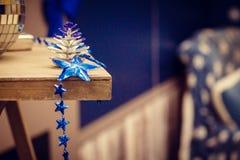Οι νέες διακοσμήσεις έτους του μπλε χρώματος βρίσκονται στο ράφι στοκ φωτογραφίες με δικαίωμα ελεύθερης χρήσης