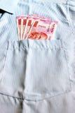 Οι νέες σημειώσεις ρουπίων του 2000 σε έναν Ινδό επανδρώνουν την μπροστινή τσέπη πουκάμισων Στοκ Εικόνα