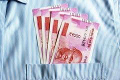 Οι νέες σημειώσεις ρουπίων του 2000 σε έναν Ινδό επανδρώνουν την μπροστινή τσέπη πουκάμισων Στοκ Εικόνες