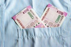 Οι νέες σημειώσεις ρουπίων του 2000 σε έναν Ινδό επανδρώνουν την μπροστινή τσέπη πουκάμισων Στοκ Φωτογραφίες