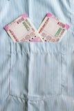 Οι νέες σημειώσεις ρουπίων του 2000 σε έναν Ινδό επανδρώνουν την μπροστινή τσέπη πουκάμισων Στοκ εικόνα με δικαίωμα ελεύθερης χρήσης
