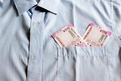 Οι νέες σημειώσεις ρουπίων του 2000 σε έναν Ινδό επανδρώνουν την μπροστινή τσέπη πουκάμισων Στοκ φωτογραφίες με δικαίωμα ελεύθερης χρήσης