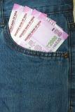 Οι νέες σημειώσεις ρουπίων του 2000 σε έναν Ινδό επανδρώνουν την μπροστινή τσέπη Jean Στοκ Φωτογραφία