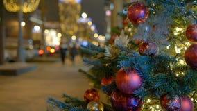 Οι νέες σφαίρες έτους ` s κρεμούν στο χριστουγεννιάτικο δέντρο, χρωματισμένος φωτισμός φιλμ μικρού μήκους