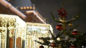 Οι νέες σφαίρες έτους ` s κρεμούν στο χριστουγεννιάτικο δέντρο, χρωματισμένος φωτισμός Μεγάλη κόκκινη σφαίρα φιλμ μικρού μήκους