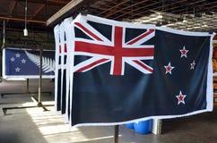 Οι νέες τυπωμένες ύλες των εθνικών σημαιών της Νέας Ζηλανδίας στεγνώνουν Στοκ Εικόνα