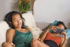 Οι νέες όμορφες και ευτυχείς ασιατικές φίλες συνδέουν ή αδελφές που απολαμβάνουν τα κοινωνικά μέσα Διαδικτύου που έχουν τη διασκέ στοκ φωτογραφία με δικαίωμα ελεύθερης χρήσης