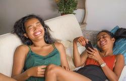 Οι νέες όμορφες και ευτυχείς ασιατικές φίλες συνδέουν ή αδελφές που απολαμβάνουν τα κοινωνικά μέσα Διαδικτύου που έχουν τη διασκέ στοκ εικόνες με δικαίωμα ελεύθερης χρήσης