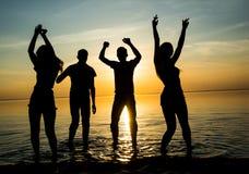 Οι νέοι, οι άνδρες και οι γυναίκες, σπουδαστές χορεύουν στην παραλία α στοκ φωτογραφίες