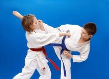 Οι νέοι αθλητές εκπαιδεύουν karate τα χτυπήματα Στοκ εικόνες με δικαίωμα ελεύθερης χρήσης