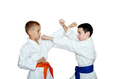 Οι νέοι αθλητές εκπαιδεύουν karate τις τεχνικές Στοκ φωτογραφία με δικαίωμα ελεύθερης χρήσης